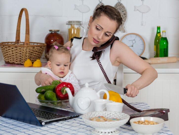 Mamma bambina cucina casalinga multitasking