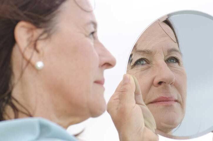 donna allo specchio