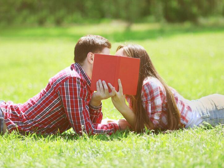 ragazzi che si baciano