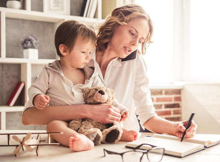 Mamme lavoratrici e mamme casalinghe: perché si scontrano