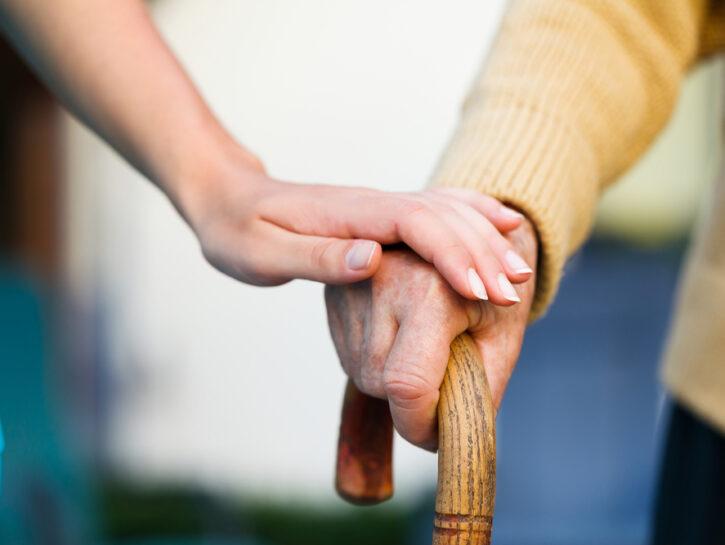 Anziano bastone mano giovane