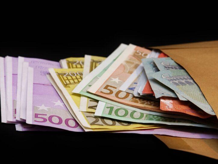 Soldi euro in busta marrone
