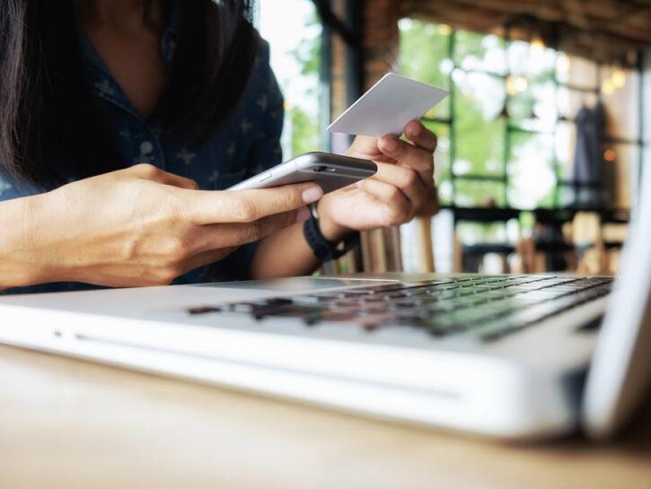 Ragazza portatile carta di credito