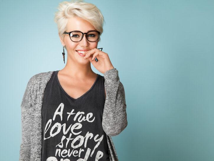 Donna bionda occhiali capelli corti