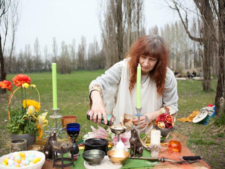 Maurizia, una sacerdotessa del culto della Wicca, durante la celebrazione di Ostara (una festa pagan