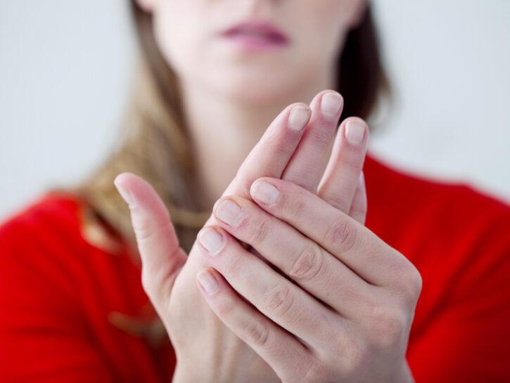 Mani Orticaria da freddo sintomi cause rimedi