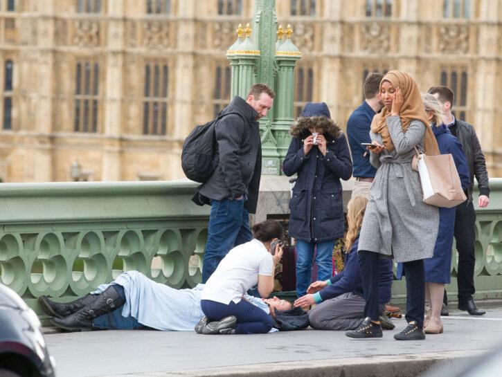 «L'indifferenza della giovane musulmana»: la foto risale al 22 marzo, durante l'attentato a Lond