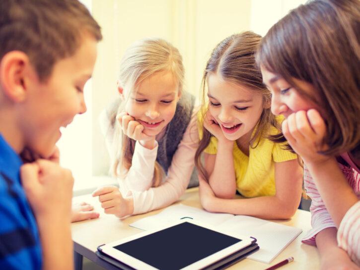 Bambini scuola tablet classe