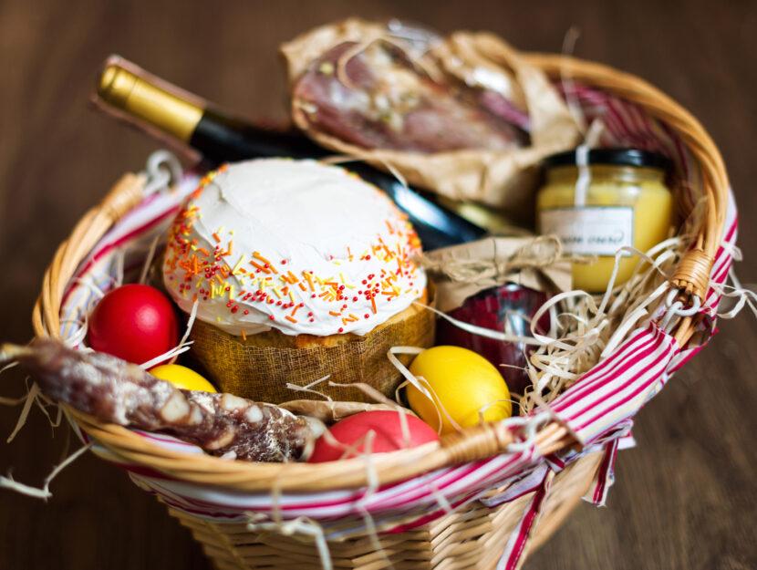 Cesto natalizio con prodotti tipici