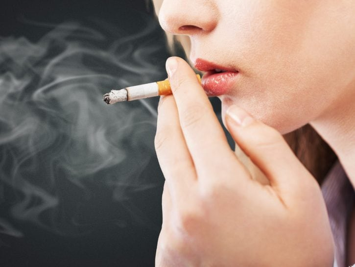 Donna fuma sigaretta fumo
