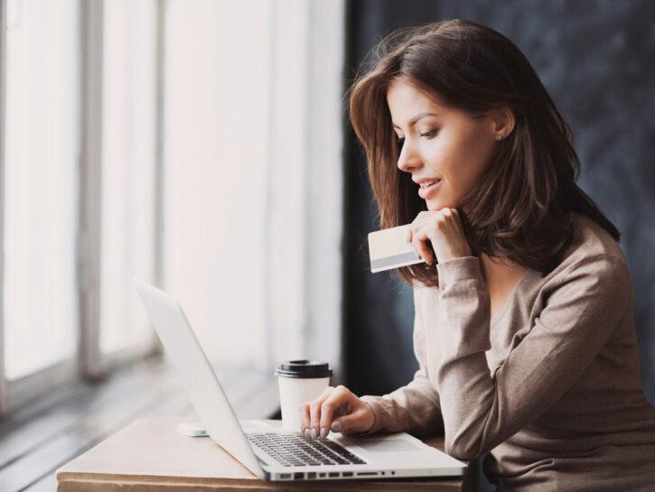 Donna pagamento online carta credito portatile