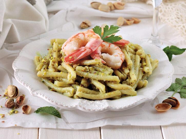 Pasta con pesto di pistacchi e gamberi