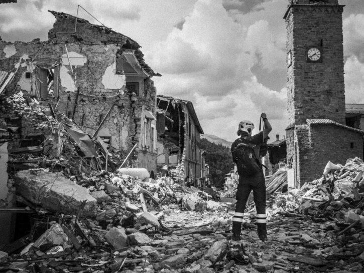 Ricominciamo terremoto Amatrice pompiere