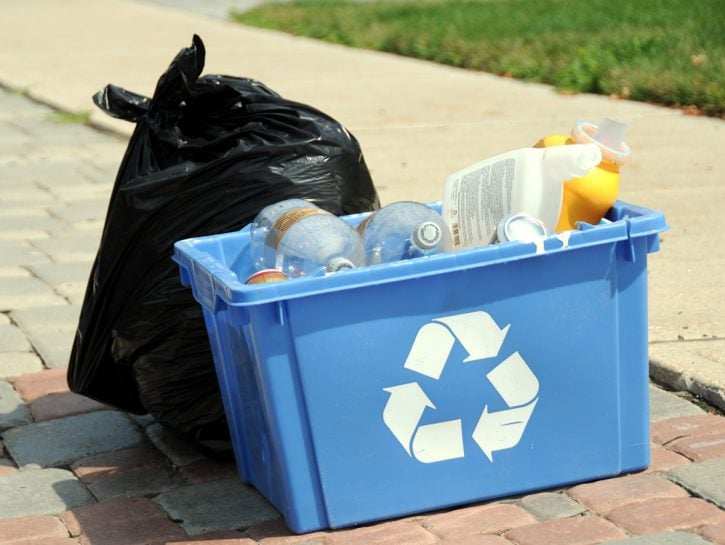 Spazzatura sacchetti per strada riciclata