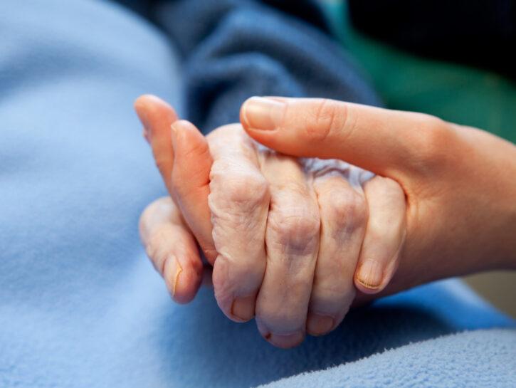 Malato anziano mani giovane