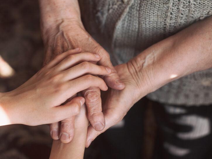 Mani donna anziana bambino
