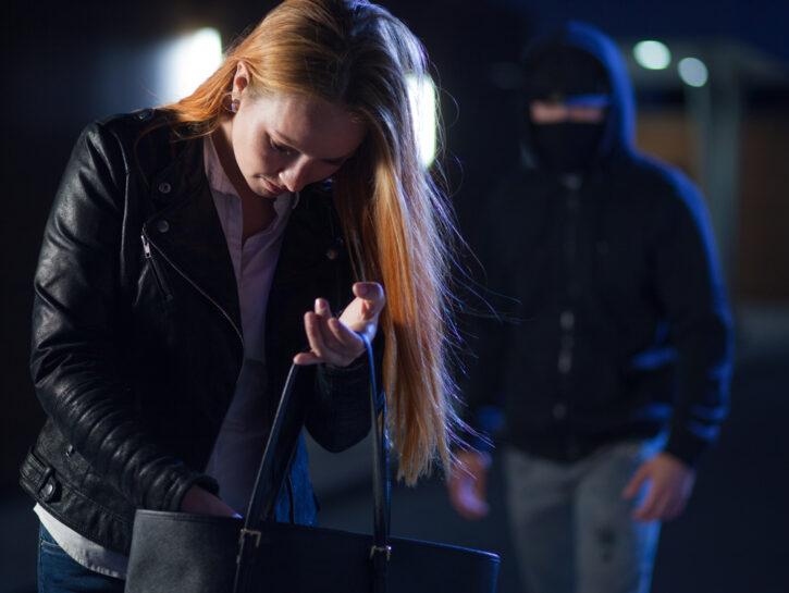 Stalking ragazza uomo passamontagna buio