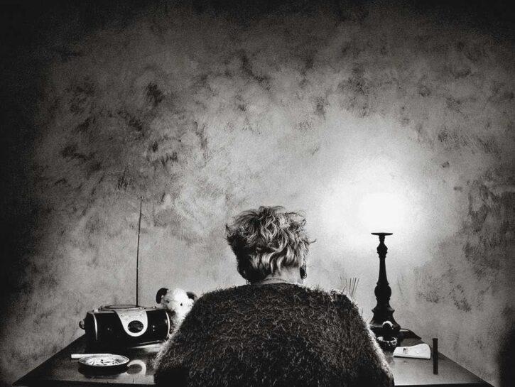 donna di spalle con alzheimer