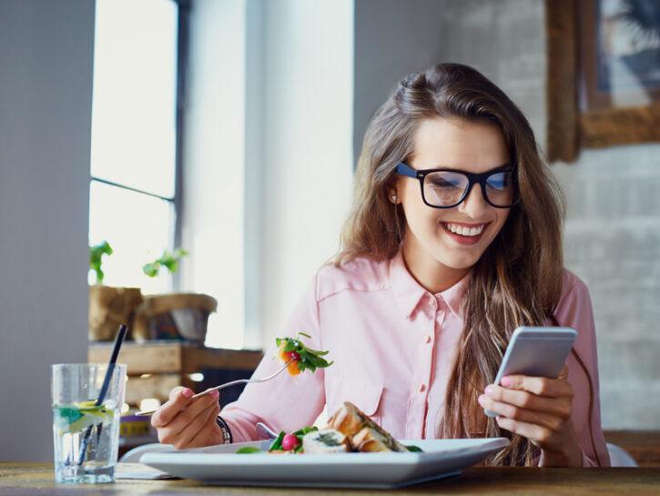 Come mangiano i giovani italiani (Shutterstock)