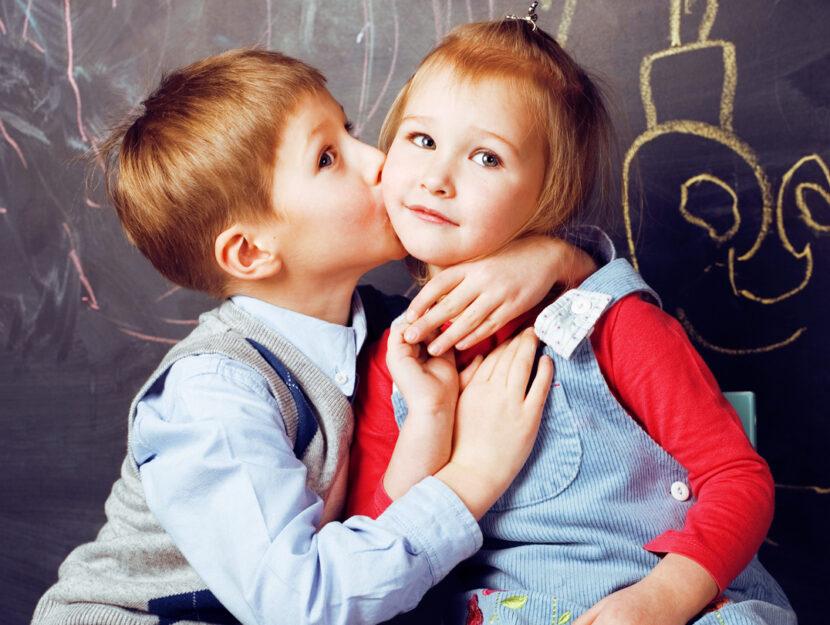 Bambino bambina scuola bacio