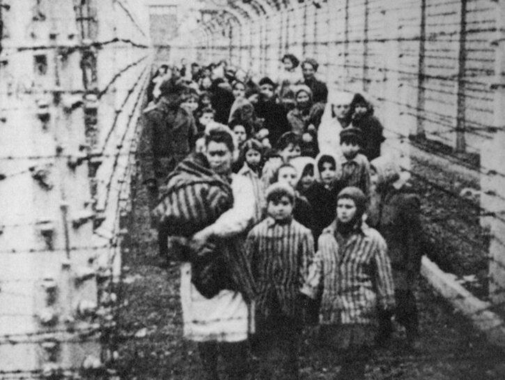 Eva Mozes Kor, da bambina, con la sorella Miriam all'ingresso del campo di Auschwitz