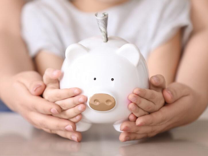Mamma figlia bambina porcellino salvadenaio soldi