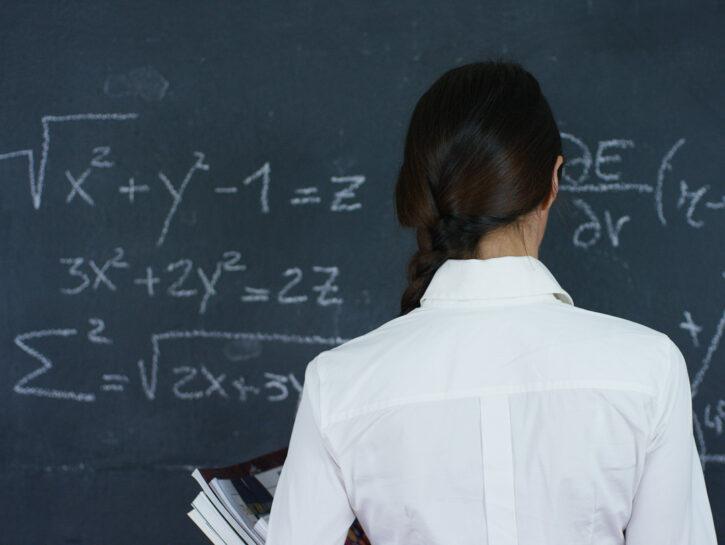 Ragazza lavagna Stem matematica