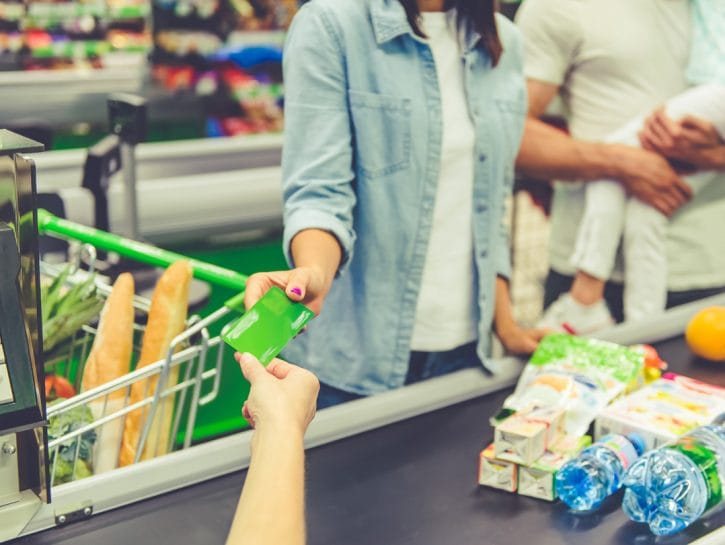 Supermercato ragazza famiglia carta credito alla cassa