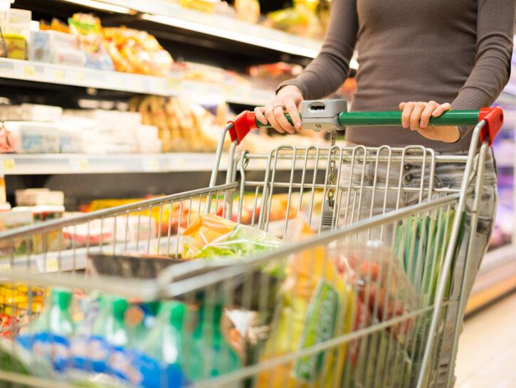 Donna carrello supermercato spesa cibo