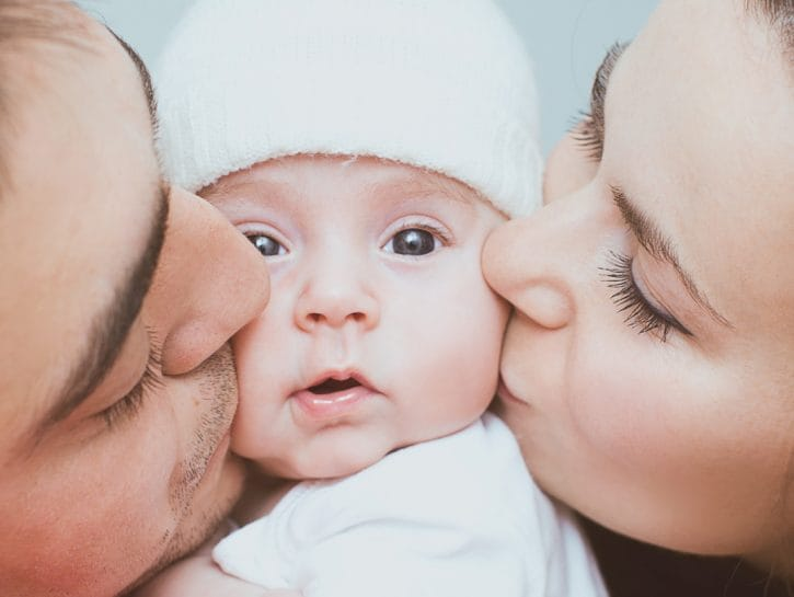 Mamma padre bacio neonato