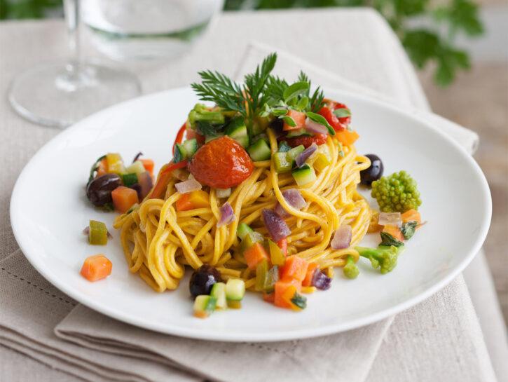 Pasta alla curcuma e carote con ragù di verdure