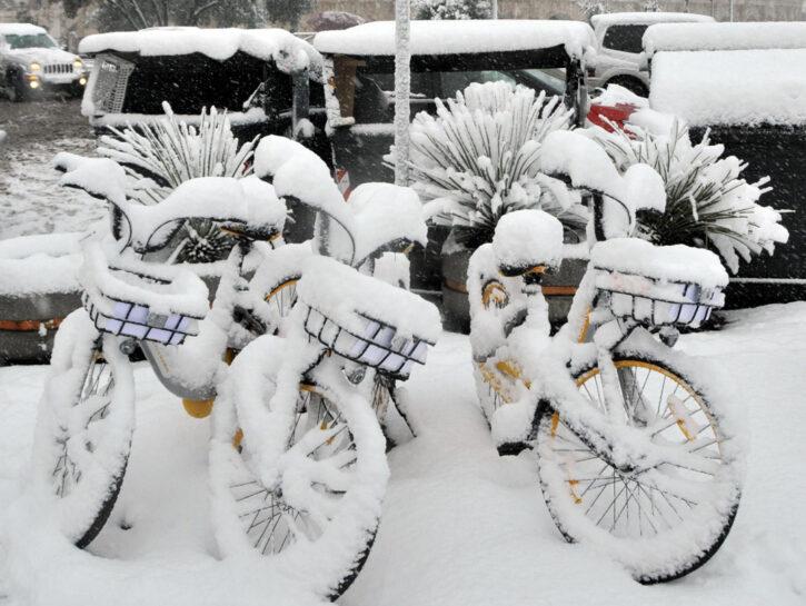 Biciclette-con-neve-sopra