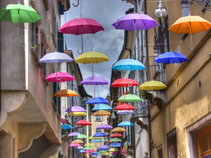 Ombrelli colorati tra le case