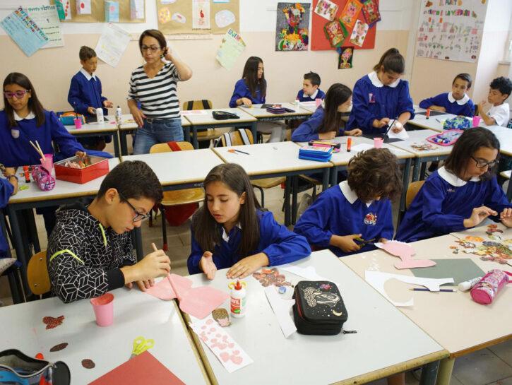 Insegnante a scuola con ragazzini