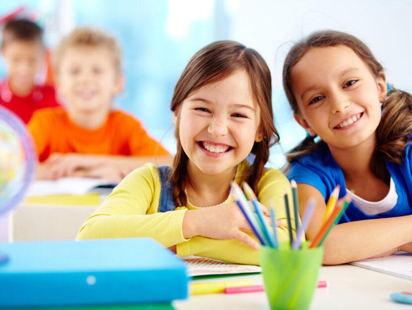 Bambine sorridenti a scuola
