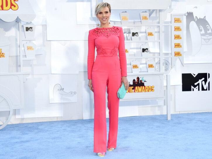 L'attrice Scarlett Johansson, perfetta silhouette a clessidra, esalta le sue curve con una jumpsuit