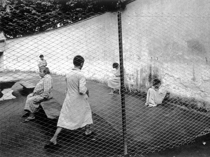 Una delle foto che Gianni Berengo Gardin scattò tra il 1968 e il 1969 in alcuni istituti psichiatri