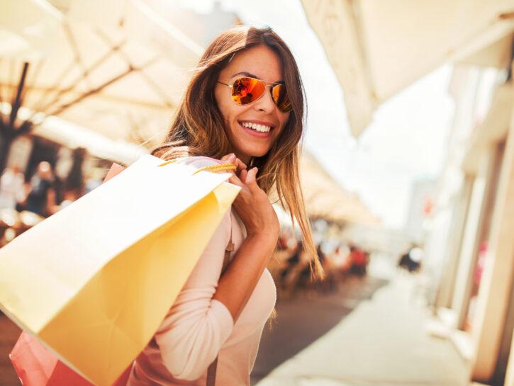 Ragazza-occhiali-sole-shopping-borsa