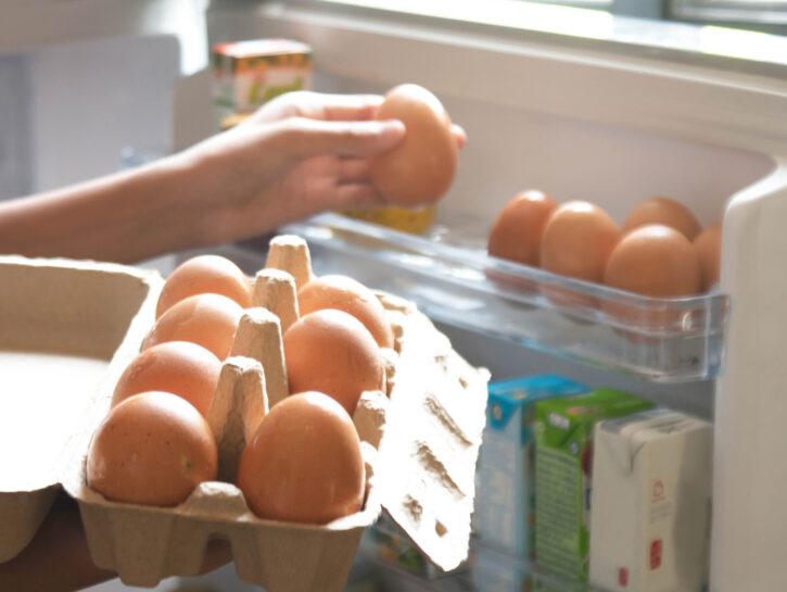 Uova in frigorifero mano donna