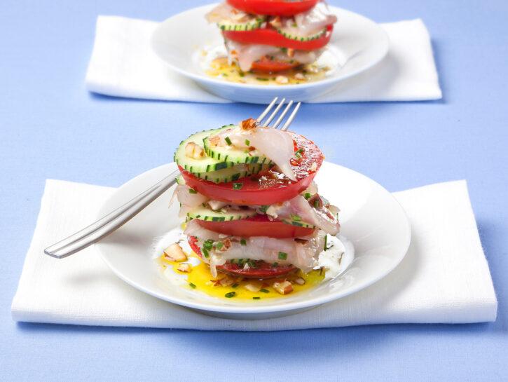 Carpaccio di pesce con cetrioli e pomodori