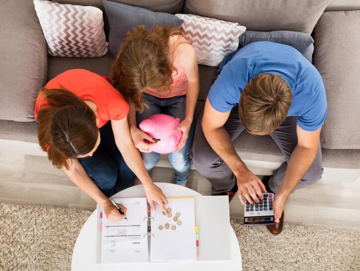 Famiglia divano soldi salvadanaio
