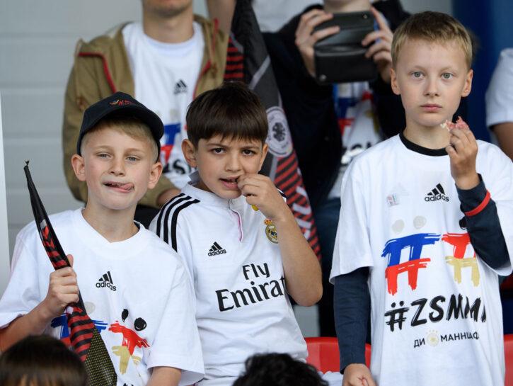 Giovanissimi tifosi alla presentazione della Nazionale tedesca in partenza per la Russia