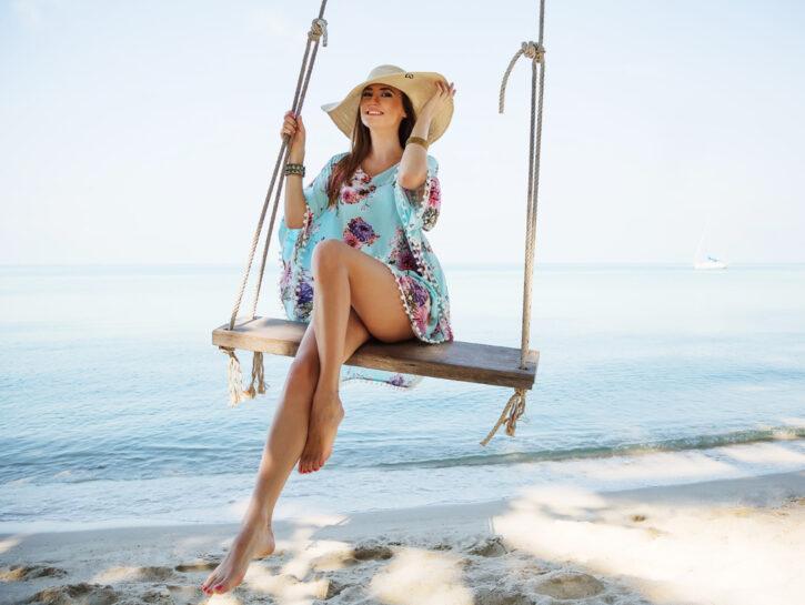 Look da spiaggia ragazza altalena cappello