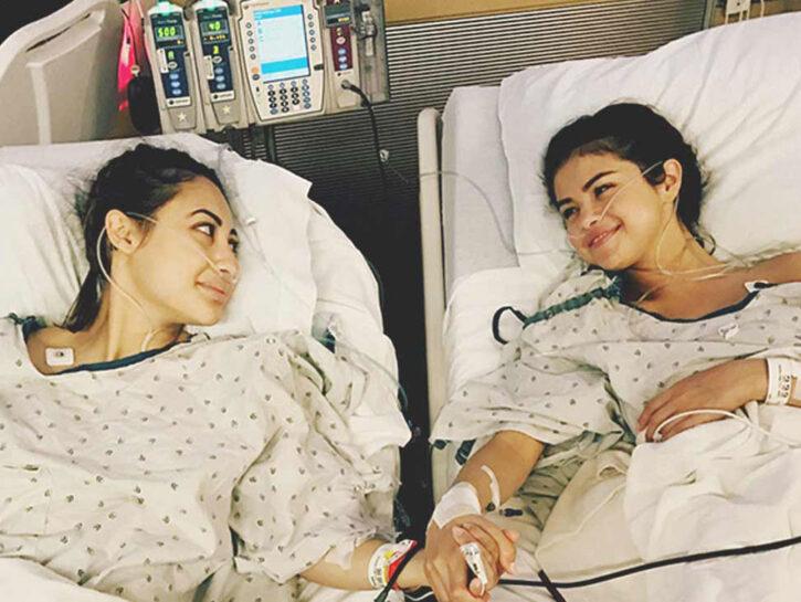 Con un post su Instagram, la popstar Selena Gomez (a destra nella foto) l'anno scorso ha rivelato