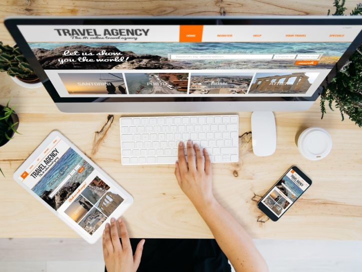 Travel agency donna computer prenotare viaggio online