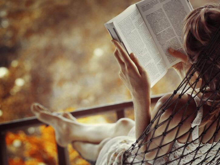 Donna-libro-estate-amaca