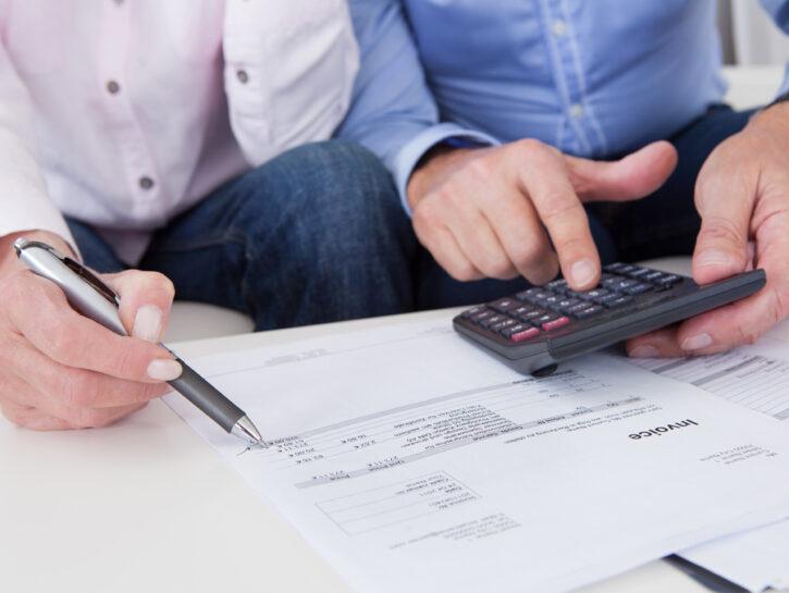 Donna uomo calcolatrice penna documenti
