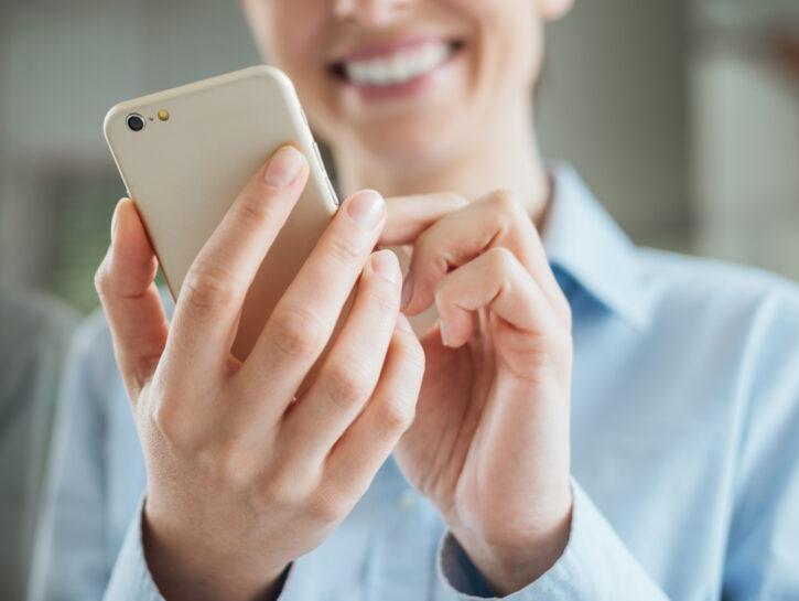 Donna sorridente con smartphone