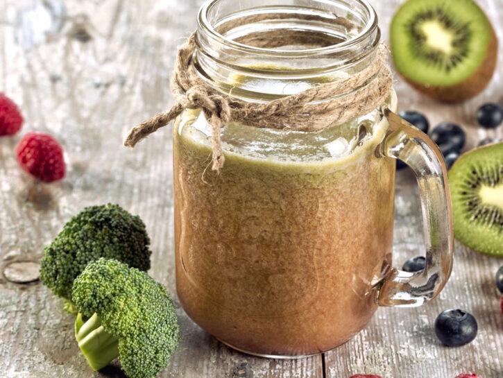 Centrifuga antiossidante con kiwi e frutti di bosco