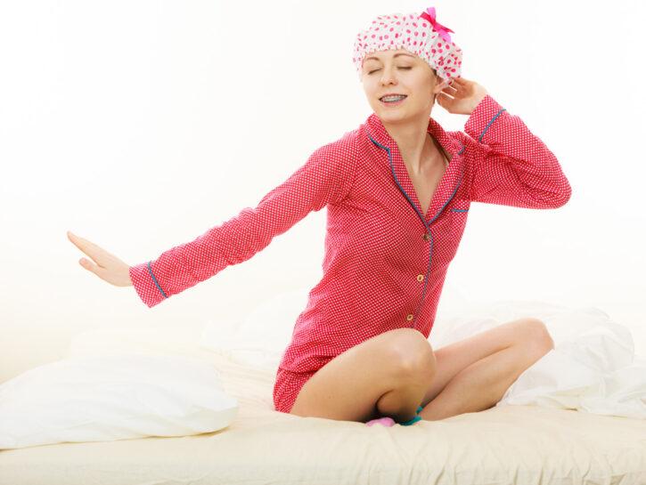 Donna letto con cuffia da doccia